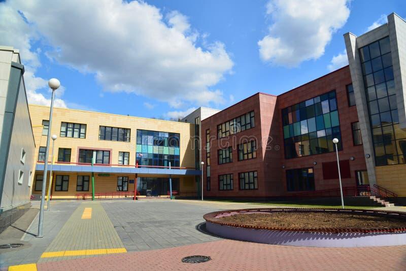 Moscou, Rússia 24 de abril 2016 Escola nova da cidade no distrito 23 de Zelenograd foto de stock
