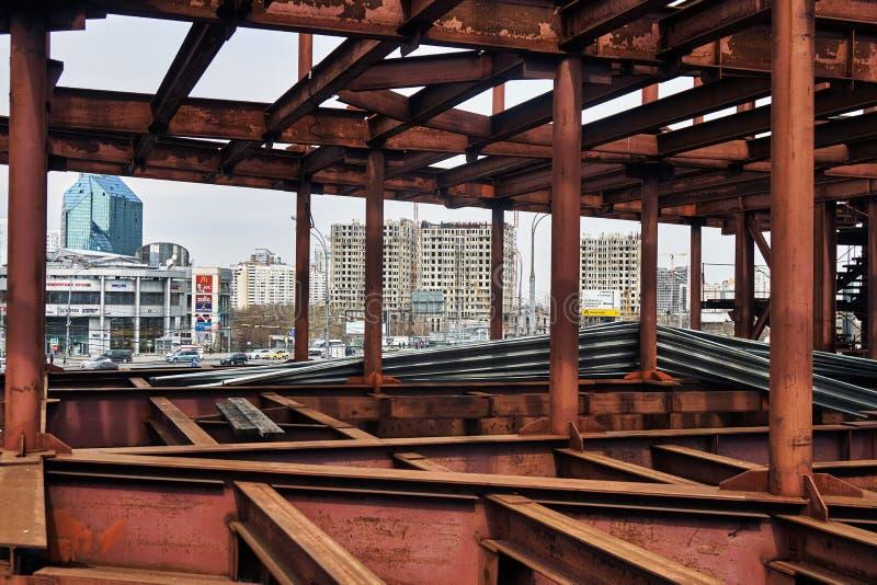 Moscou, Rússia - 19 de abril de 2018 Quadro metálico inacabado de uma ponte perto da estação de metro de Yugo-Zapadnaya em Moscou fotos de stock royalty free