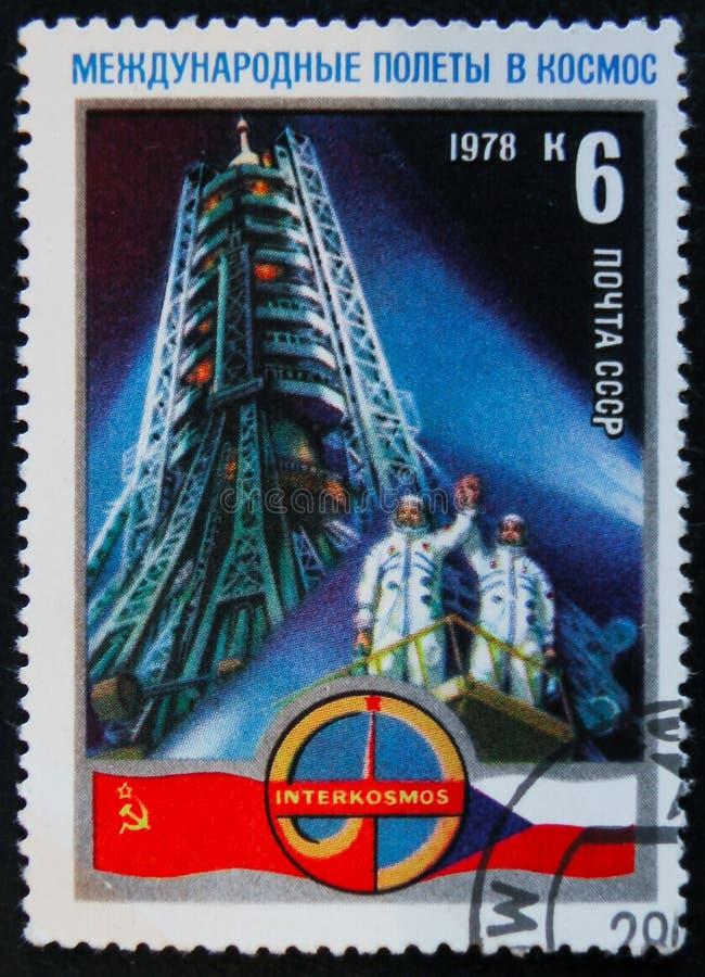 MOSCOU, RÚSSIA - 2 DE ABRIL DE 2017: Um selo do cargo impresso no colaborador de URSS foto de stock