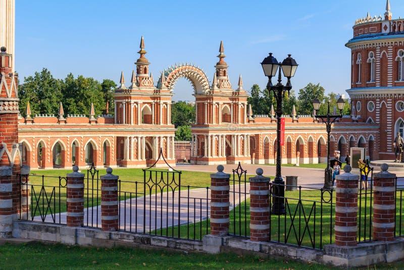 Moscou, Rússia - 12 de agosto de 2018: Entrada principal com o arco no grande museu do palácio contra o céu azul na Museu-reserva imagem de stock