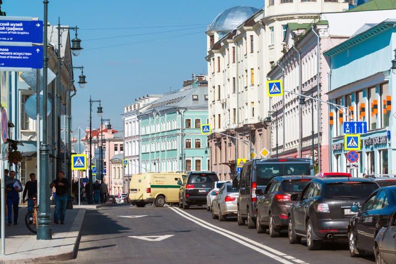Moscou, Rússia - 31 de agosto 2017 Rua de Sretenka, estradas transversaas com a pista pequena de Golovin fotos de stock