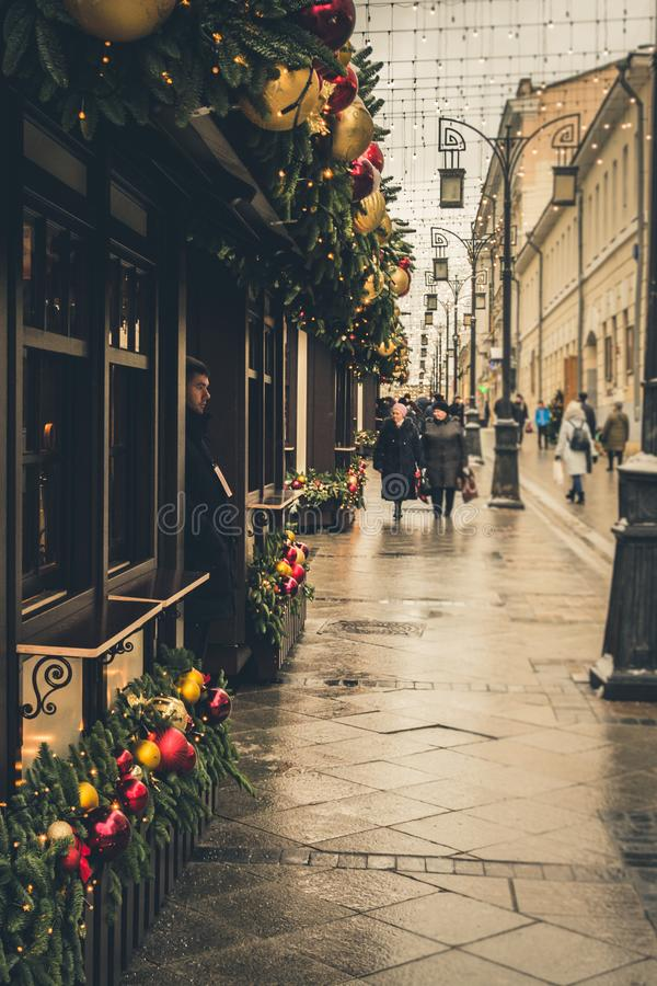 MOSCOU, RÚSSIA - 24 DE DEZEMBRO DE 2017: Feira do Natal na rua Kuznetsky a maioria de viagem anual tradicional do festival de Mos imagem de stock