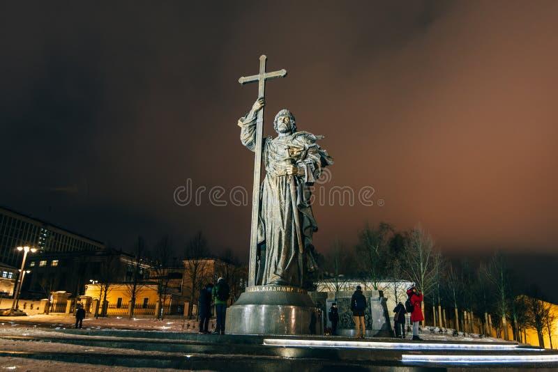 MOSCOU, RÚSSIA - 23 DE DEZEMBRO DE 2016: Monumento ao príncipe santamente Vladimir o grande no quadrado de Borovitskaya perto do  imagem de stock