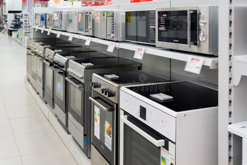 Moscou, Rússia - 2 de fevereiro 2016 fogões no eldorado, grandes lojas de cadeia que vendem a eletrônica imagem de stock royalty free