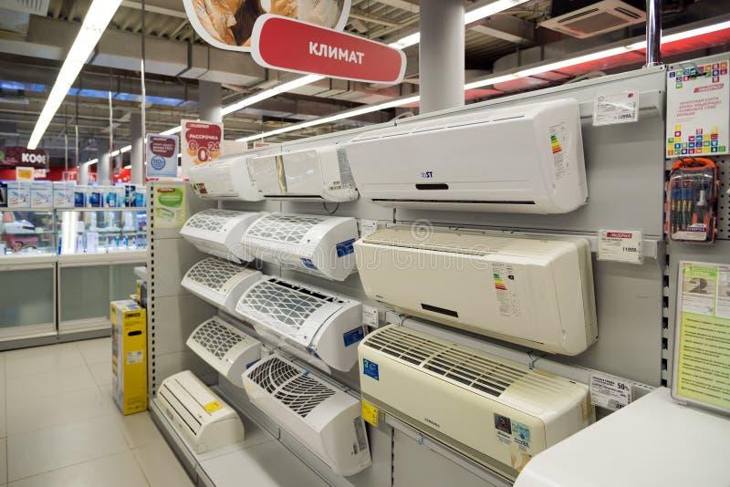Moscou, Rússia - 2 de fevereiro 2016 O equipamento de condicionamento de ar no eldorado é grandes lojas de cadeia que vendem a el fotografia de stock royalty free
