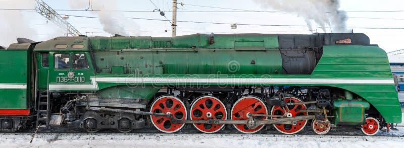 MOSCOU, RÚSSIA - 23 de fevereiro de 2018: O trem retro do vapor parte da estação de trem de Yaroslavskiy em Moscou fotos de stock royalty free