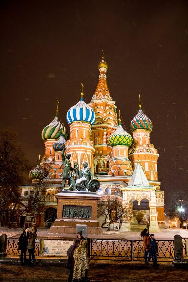 MOSCOU, RÚSSIA - 7 DE JANEIRO DE 2016: Catedral do da manjericão do St abençoado em Moscou no quadrado vermelho fotografia de stock