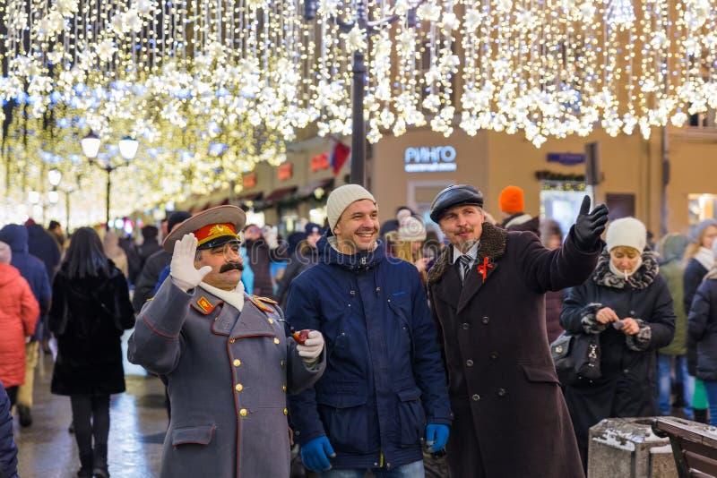 Moscou, Rússia - 5 de janeiro de 2018: Os povos são fotografados com imagem de stock
