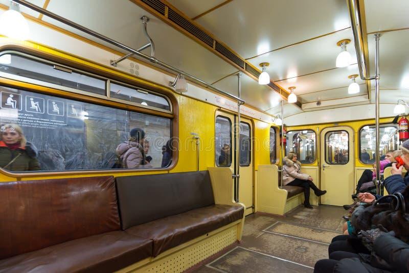 MOSCOU, RÚSSIA - 10 de janeiro 2018 Trem velho das épocas de URSS na estação de metro de Okhotny Ryad imagens de stock