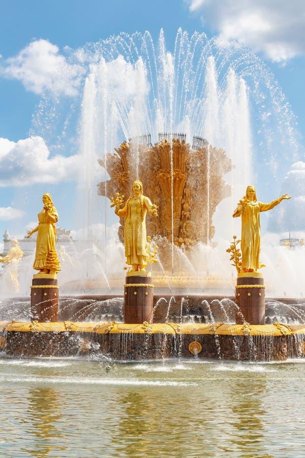 Moscou, Rússia - 22 de julho de 2019: Figuras douradas da amizade da fonte dos povos sob o close up dos jatos de água no parque d fotos de stock royalty free