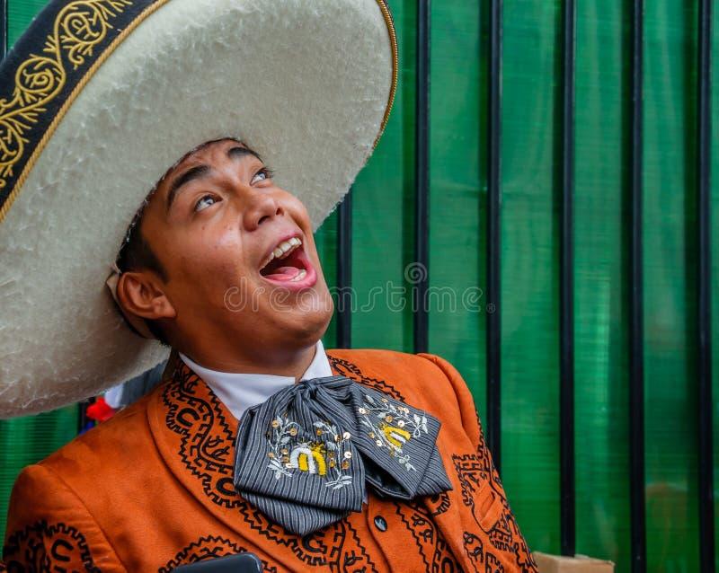 Moscou, Rússia - 7 de julho de 2018: O mariachi mexicano do músico da rua na roupa e no sombreiro tradicionais canta uma serenata imagem de stock