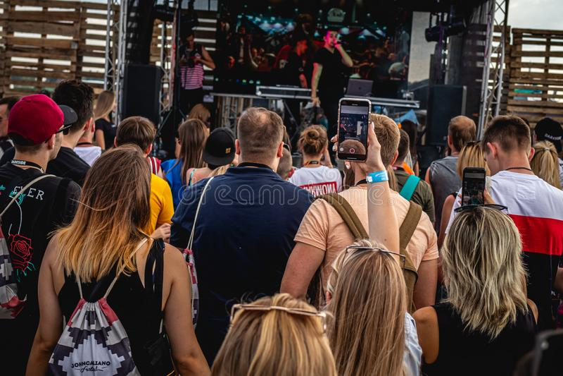 MOSCOU, RÚSSIA - 27 DE JULHO DE 2019: Povos no concerto vivo no fest do cachimbo de água de JohnCalliano fotografia de stock royalty free