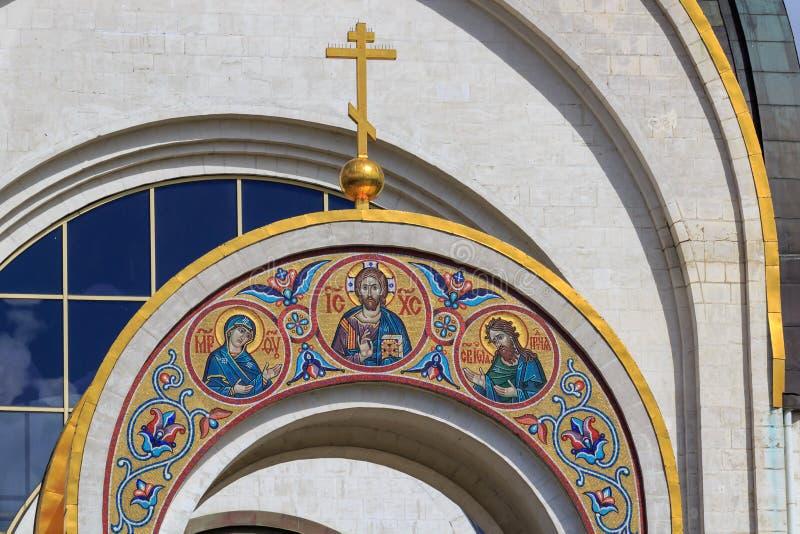 Moscou, Rússia - 9 de junho de 2018: Arco acima da entrada na igreja do grande mártir George Victorious no monte de Poklonnaya em imagem de stock royalty free