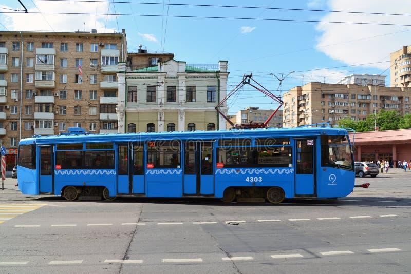 Moscou, Rússia - 3 de junho 2016 Bonde em estradas transversaas na frente do metro Krasnoselskaya fotografia de stock