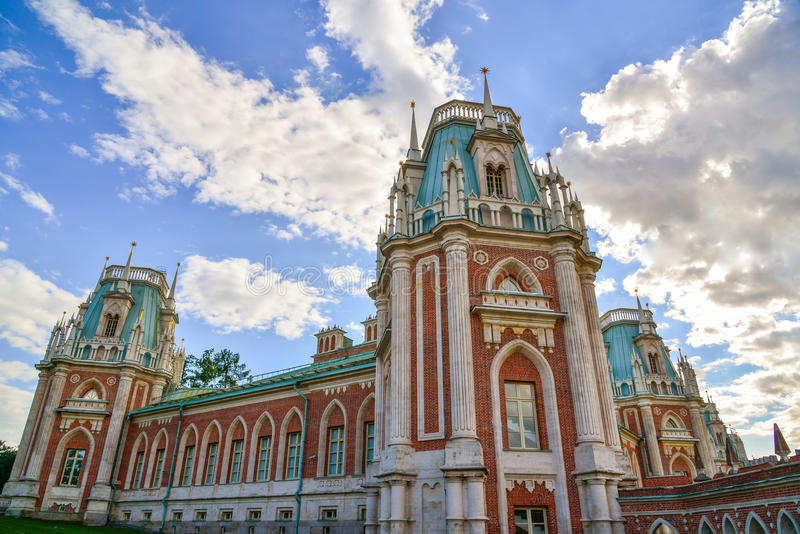 Moscou, Rússia - 8 de junho de 2016 Vista geral da casa principal na propriedade do museu de Tsaritsyno foto de stock royalty free