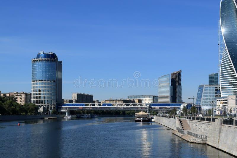 Moscou, Rússia - 16 de junho de 2018: Moscou e rio de Moscou na manhã do início do verão em tons azuis fotografia de stock
