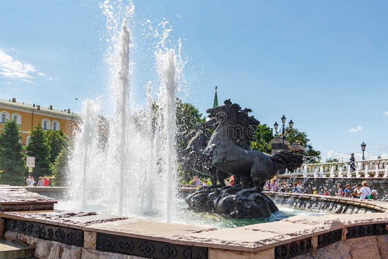 Moscou, Rússia - 2 de junho de 2019: Geyser da fonte com os quatro cavalos de elevação no bronze que simboliza quatro estações no imagem de stock