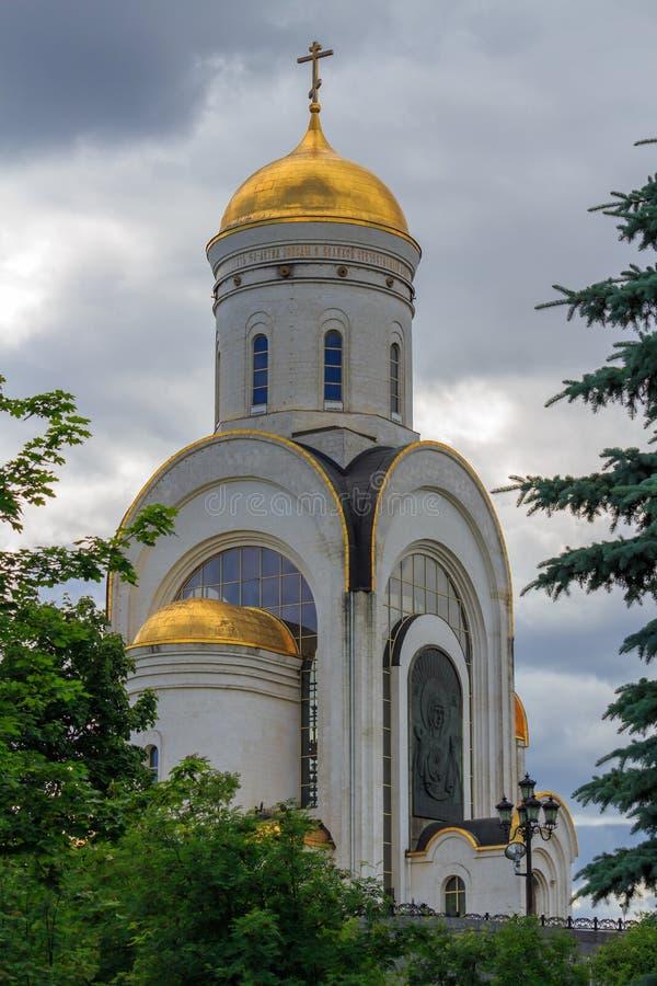 Moscou, Rússia - 9 de junho de 2018: Igreja do grande mártir George Victorious no monte de Poklonnaya em Moscou contra árvores ve imagens de stock royalty free