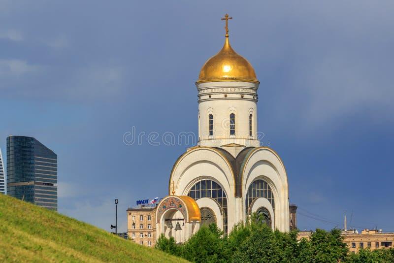 Moscou, Rússia - 9 de junho de 2018: Igreja do grande mártir George Victorious no monte de Poklonnaya em Moscou contra o gramado  fotografia de stock royalty free