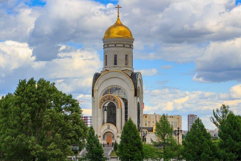 Moscou, Rússia - 9 de junho de 2018: Igreja do grande mártir George Victorious no monte de Poklonnaya em Moscou em um fundo do cé fotos de stock royalty free