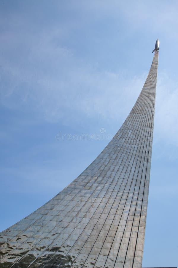 Moscou/Rússia - 8 de junho de 2014: Monumento aos exploradores de espaço no VVT imagens de stock royalty free