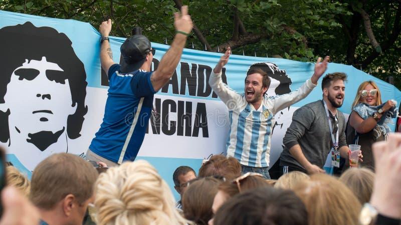 MOSCOU, RÚSSIA - 22 de junho de 2018: Os fãs de Argentina cantam músicas na rua do nikolskaya em Moscou imagens de stock