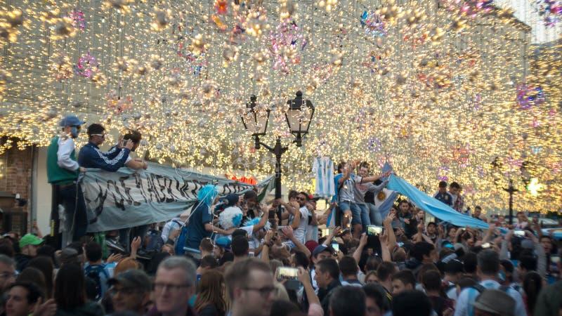 MOSCOU, RÚSSIA - 15 de junho de 2018: Os fãs de Argentina cantam músicas na rua do nikolskaya em Moscou fotografia de stock royalty free