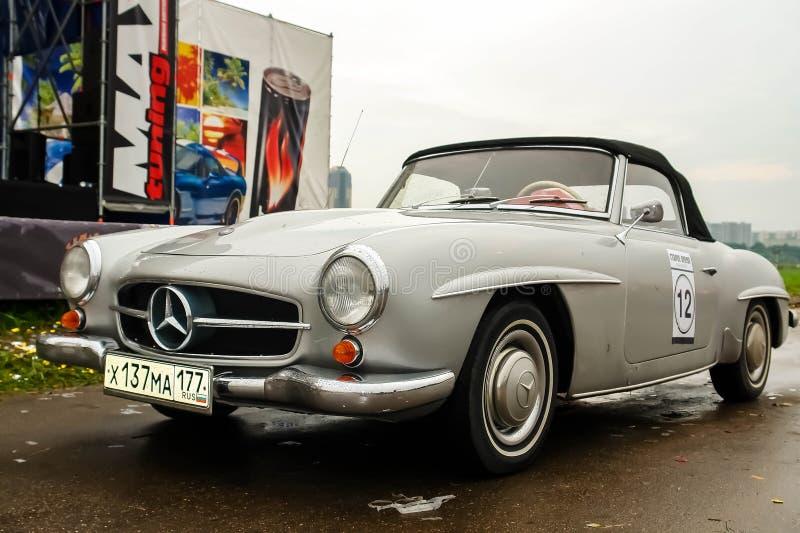 Moscou, Rússia - 25 de maio de 2019: Benz velho 190 SL de Mercedes do vintage convertível na cor cinzenta estacionada fotos de stock royalty free