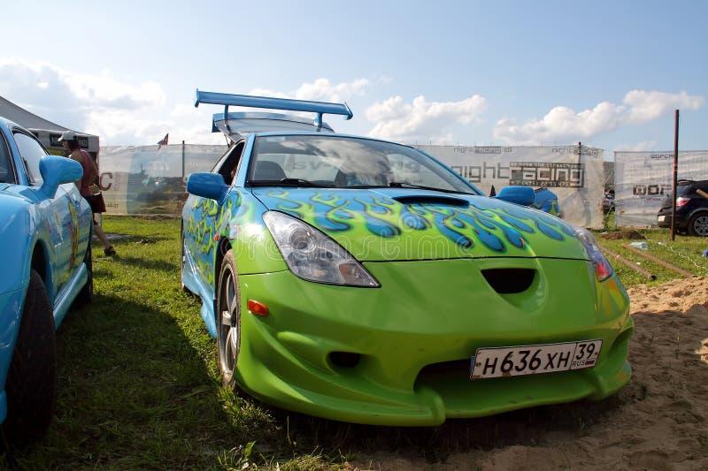 Moscou, Rússia - 25 de maio de 2019: Carro ajustado Toyota Celica T23 com airbrushing azul e verde sob a forma de uma chama Está  fotos de stock