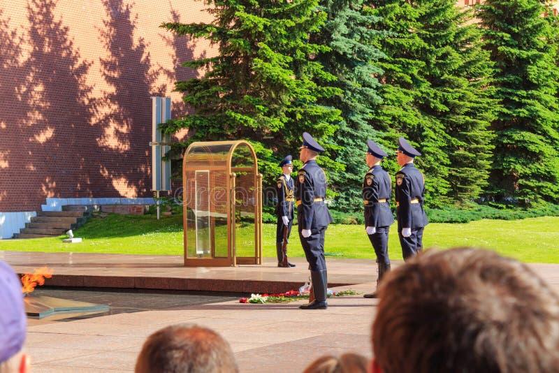 Moscou, Rússia - 27 de maio de 2018: Cerimônia do protetor de honra em mudança na chama eterno no jardim de Alexander perto do Kr imagem de stock