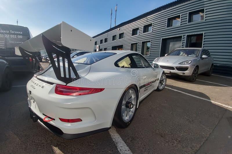 Moscou, Rússia - 5 de maio de 2019: Copo branco de Porsche 911 GT3 RS estacionado na rua Carro de competência alterado ajustado e imagem de stock royalty free