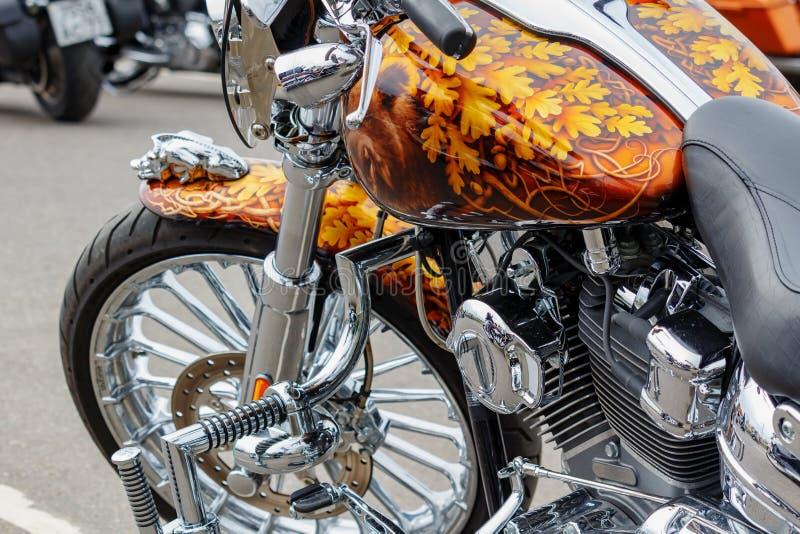 Moscou, Rússia - 4 de maio de 2019: Cromada feita sob encomenda e pintado com airbrushing o close up da motocicleta de Harley Dav foto de stock