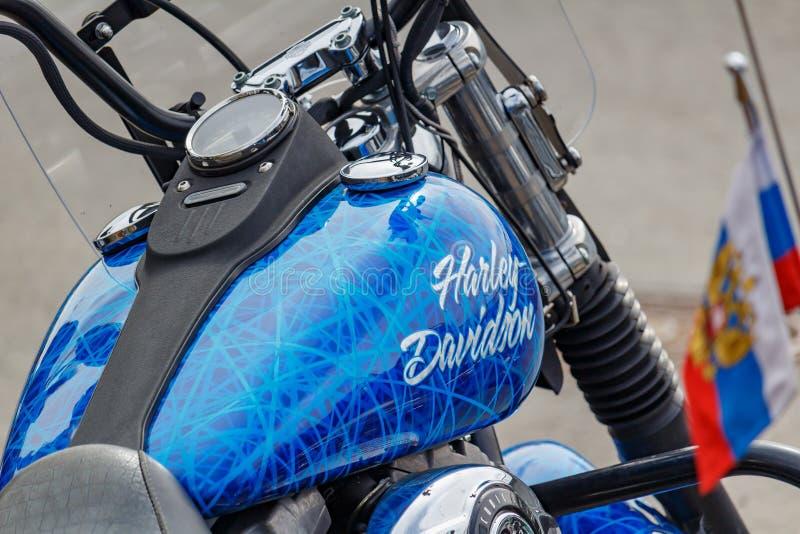 Moscou, R?ssia - 4 de maio de 2019: Dep?sito de gasolina azul lustroso com o close up do emblema airbrushing e de motocicletas de imagens de stock