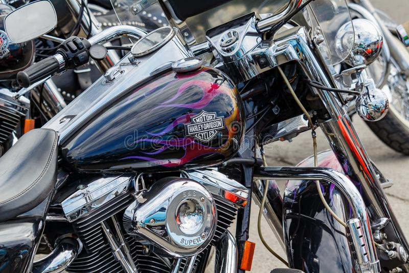 Moscou, Rússia - 4 de maio de 2019: Depósito de gasolina preto lustroso com o close up do emblema airbrushing e de motocicleta de imagem de stock royalty free
