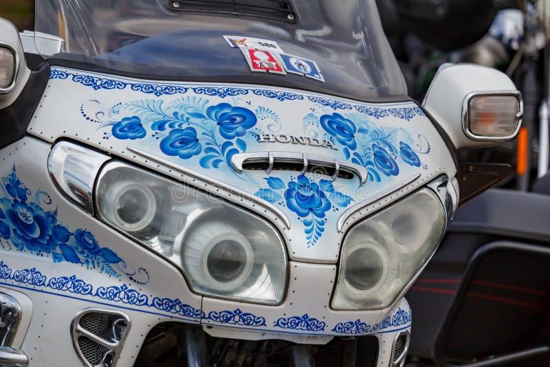 Moscou, Rússia - 4 de maio de 2019: Faróis e protetor windproof com airbrushing da pintura Gzhel do russo da motocicleta do turis foto de stock royalty free
