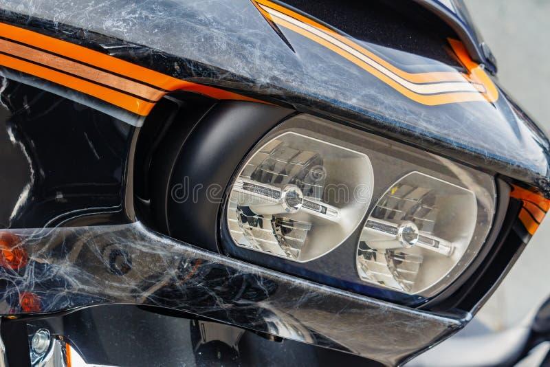 Moscou, R?ssia - 4 de maio de 2019: Far?is e protetor windproof com airbrushing do close up da motocicleta de Harley Davidson Mot foto de stock royalty free
