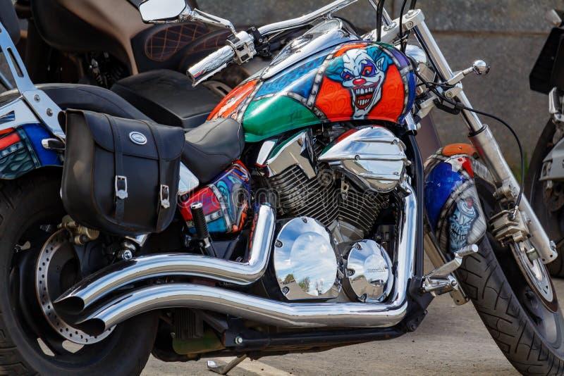 Moscou, Rússia - 4 de maio de 2019: _feito sob encomenda cromar e pintar com airbrushing turista motocicleta Honda estacionar clo fotos de stock
