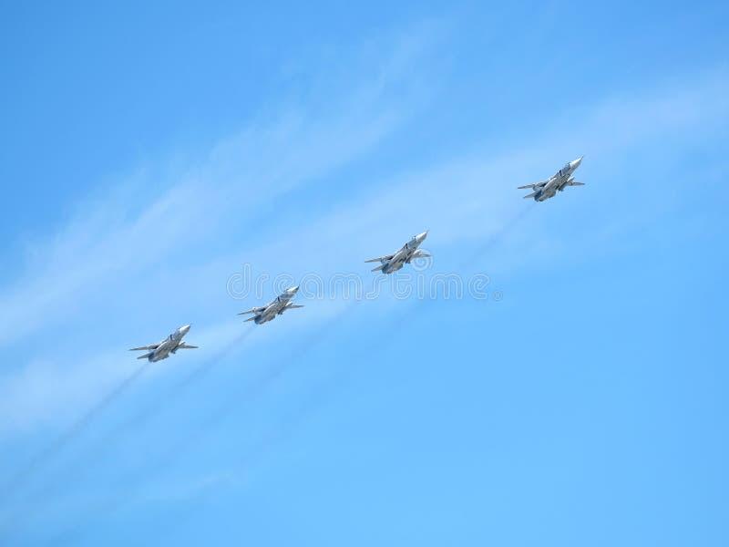 MOSCOU, RÚSSIA - 9 de maio de 2018: Grupo dos bombardeiros linhas da frente táticos militares SU-24 do russo em voo no céu azul fotos de stock