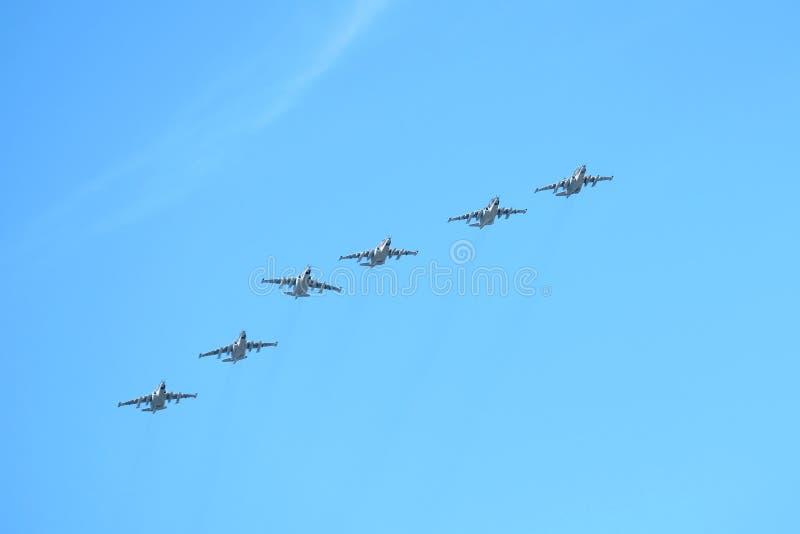 MOSCOU, RÚSSIA - 9 de maio de 2018: Grupo dos bombardeiros linhas da frente táticos militares SU-25 do russo em voo no céu azul imagens de stock royalty free