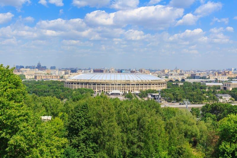 Moscou, Rússia - 30 de maio de 2018: Ideia do estádio de Luzhniki dos montes do pardal no dia ensolarado fotos de stock royalty free