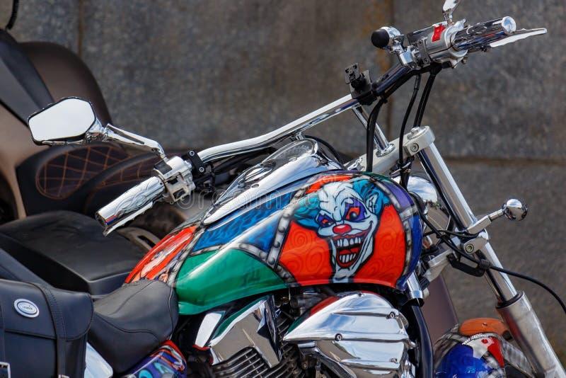 Moscou, Rússia - 4 de maio de 2019: Motocicleta do turista de Honda com airbrushing do palhaço mau no close up do depósito de gas imagem de stock royalty free