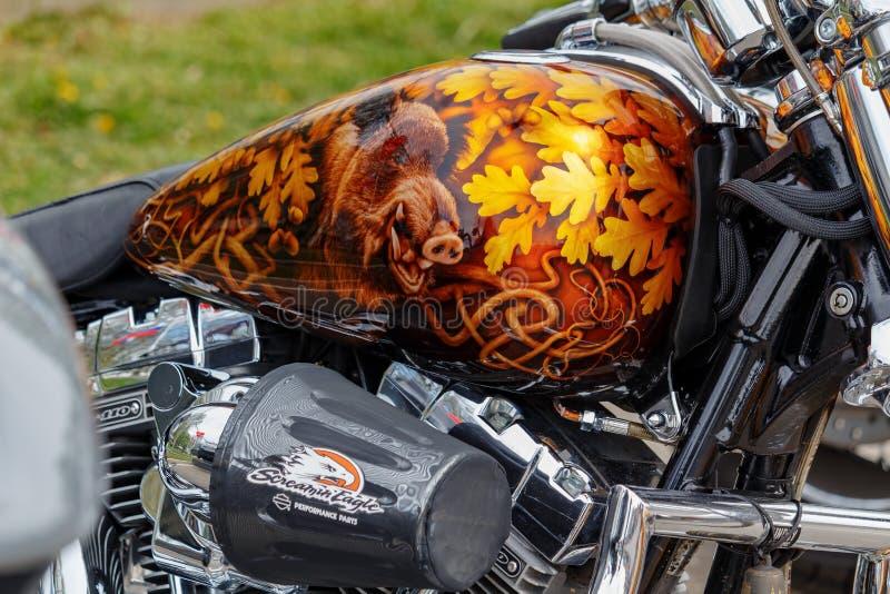 Moscou, Rússia - 4 de maio de 2019: Motocicleta de Harley Davidson com airbrushing do javali nas folhas do carvalho no close up d fotos de stock royalty free