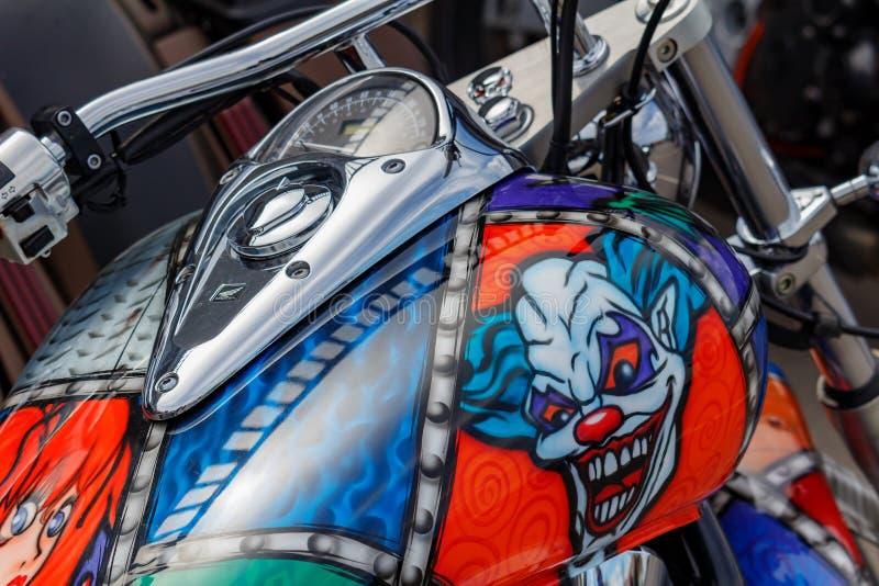 Moscou, Rússia - 4 de maio de 2019: Motocicleta de Honda com airbrushing do palhaço mau no close up do depósito de gasolina Festi foto de stock