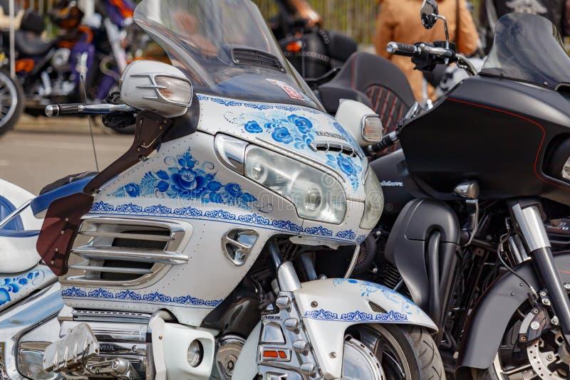 Moscou, Rússia - 4 de maio de 2019: Motocicleta Honda Gold Wing do turista com airbrushing da pintura Gzhel do russo no estaciona fotografia de stock
