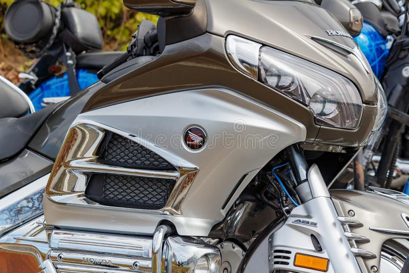 Moscou, Rússia - 4 de maio de 2019: Motocicleta Honda Gold Wing do turista no jogo plástico prateado do corpo no close up de esta fotografia de stock