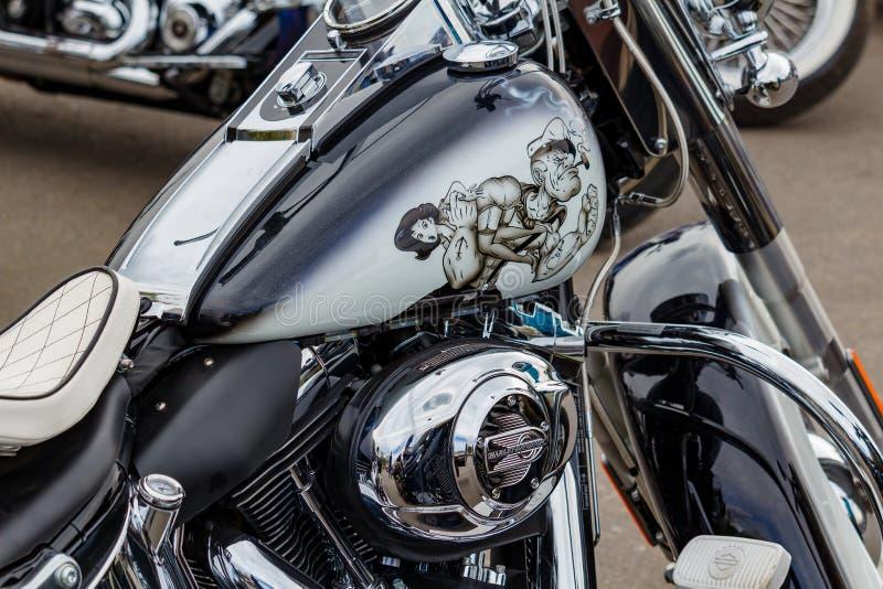 Moscou, Rússia - 4 de maio de 2019: Motocicleta pintada preta lustrosa de Harley Davidson com airbrushing do marinheiro de pressa fotos de stock royalty free