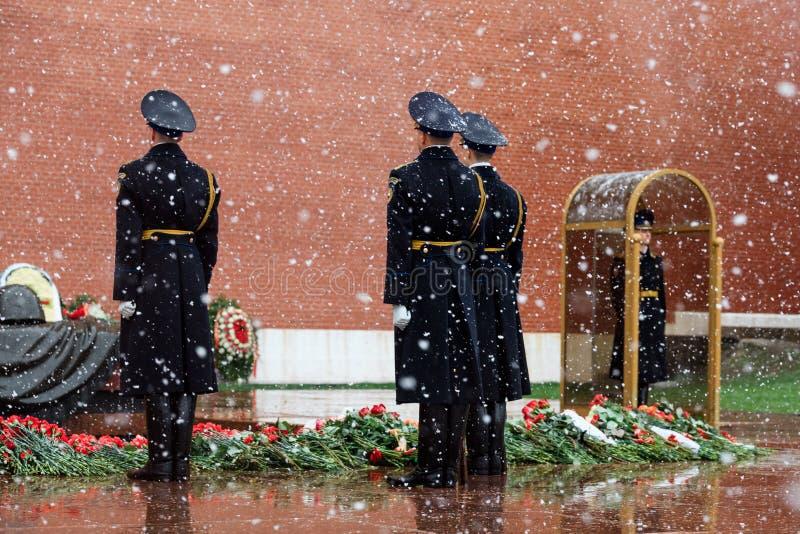 MOSCOU, RÚSSIA - 8 DE MAIO DE 2017: Mudança de hora em hora da guarda presidencial de Rússia no túmulo de soldado desconhecido e  fotografia de stock royalty free