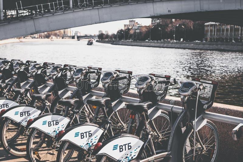 MOSCOU, RÚSSIA - 19 DE MAIO DE 2019: Muitas bicicletas velhas que estacionam na cremalheira de bicicleta foto de stock