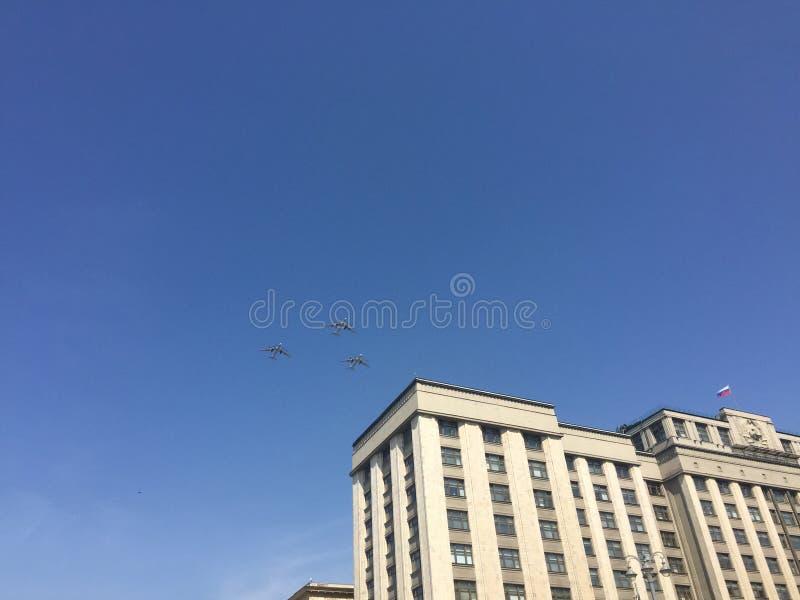 MOSCOU, RÚSSIA - 4 DE MAIO DE 2018: O grupo de lutadores do russo voa sobre o quadrado vermelho Ensaio de vestido da parada de Vi imagem de stock