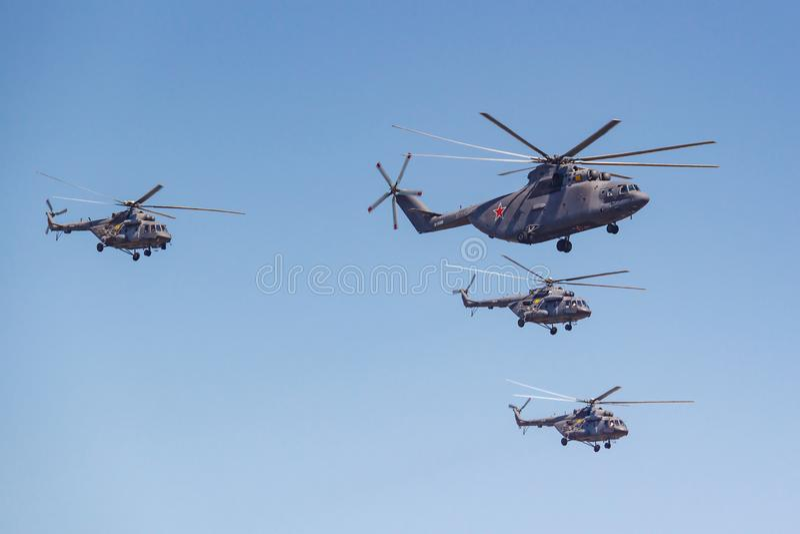 Moscou, R?ssia - 7 de maio de 2019: O helic?ptero o maior Mi-26 do transporte do mundo acompanhou dos helic?pteros Mi-8 Pe?a da a foto de stock